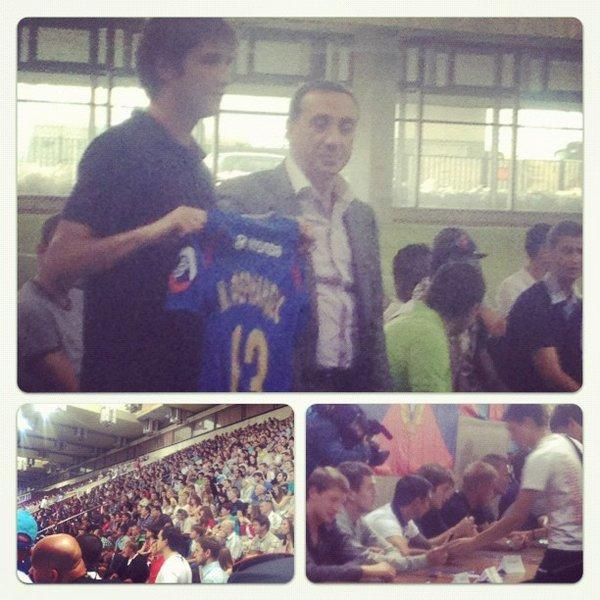 Фото Фернандеса со встречи с болельщиками